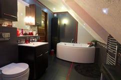Современный интерьер ванной комнаты с светами приведенными Стоковое фото RF