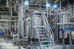 Современный интерьер винзавода Vats фильтрации, трубопровод, клапаны и другое оборудование производственной линии пива стоковые фотографии rf