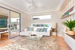 Современный интерьер живущей комнаты роскошного дома Стоковая Фотография