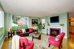 Современный интерьер живущей комнаты с зелеными стенами и кожаной софой стоковое изображение rf
