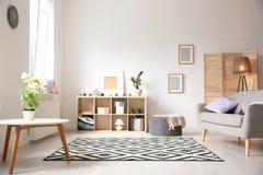 Современный интерьер живущей комнаты с стильной софой стоковое фото