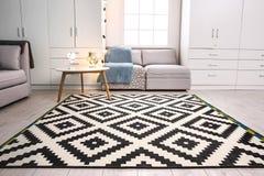 Современный интерьер живущей комнаты с стильной софой стоковое изображение rf