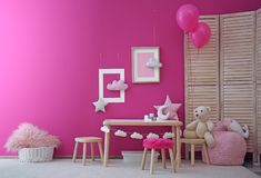 Современный интерьер игровой комнаты ребенка с таблицей стоковое фото
