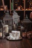 Современный интерьер и домашняя концепция оформления С свечами, фонариками и подсвечниками Деревянные части стоковые изображения rf