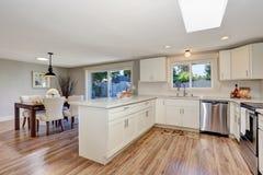 Современный интерьер комнаты кухни в белых тонах с паркетом Стоковое Изображение RF