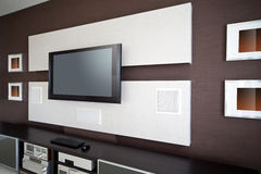 Современный интерьер комнаты домашнего кинотеатра с ТВ плоского экрана Стоковые Фото