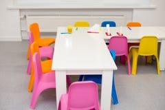 Современный интерьер комнаты ` s детей в ярких цветах полки на стене питомника в форме звезд Стоковые Фото