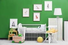 Современный интерьер комнаты ` s ребенка с животным стоковые фото