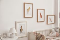 Современный интерьер комнаты ` s ребенка с животным стоковые фотографии rf