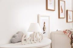 Современный интерьер комнаты ` s ребенка с изображениями стоковое фото