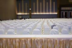 современный интерьер конференц-зала с белыми стульями Конференц-зал Стоковая Фотография RF