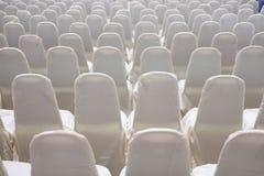 современный интерьер конференц-зала с белыми стульями Конференц-зал Стоковые Изображения