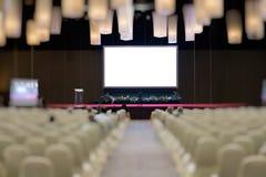 современный интерьер конференц-зала с белыми стульями Конференц-зал Стоковые Фотографии RF