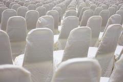 современный интерьер конференц-зала с белыми стульями Конференц-зал Стоковые Изображения RF