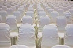 современный интерьер конференц-зала с белыми стульями Конференц-зал Стоковое Изображение