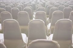 современный интерьер конференц-зала с белыми стульями Конференц-зал Стоковое фото RF