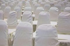 современный интерьер конференц-зала с белыми стульями Конференц-зал Стоковое Изображение RF