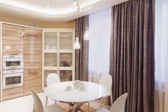 Современный интерьер кухни с белым обеденным столом Стоковое фото RF