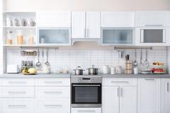 Современный интерьер кухни с посудой стоковые фотографии rf