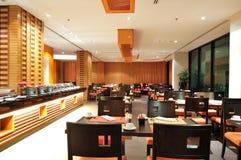 Современный интерьер ресторана в освещении ночи Стоковые Фотографии RF