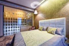 Современный интерьер спальни в новом доме Стоковое фото RF