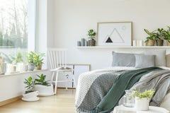 Современный интерьер спальни гостиницы стоковые фотографии rf