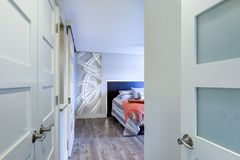 Современный интерьер спальни дома кондо стоковые изображения