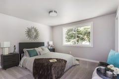 Современный интерьер спальни с королевской кроватью стоковое изображение