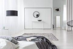 Современный интерьер спальни с часами Стоковые Фотографии RF