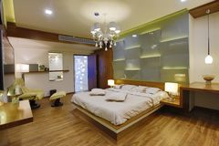 Современный интерьер спальни стоковое фото rf