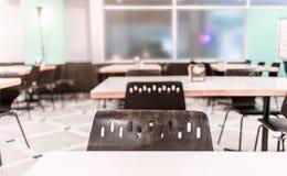 Современный интерьер столовой или буфета с стульями и таблицами Стоковые Фото