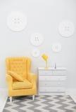 Современный интерьер с белыми и желтыми цветами Стоковое Изображение