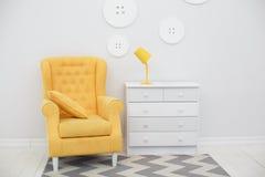 Современный интерьер с белыми и желтыми цветами Стоковая Фотография