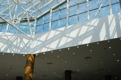 Современный интерьер торгового центра стоковые фото