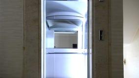 Современный лифт в зале видеоматериал