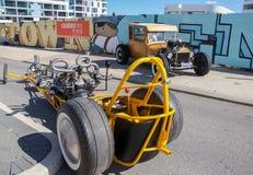 Современный идут тележка и античный автомобиль Стоковое Изображение RF