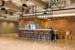 Современный кафе-бар стиля просторной квартиры Стоковые Фотографии RF