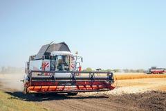 Современный комбайн жать зерно стоковое фото