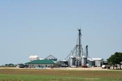 Современный комбикормовый завод стоковое изображение rf