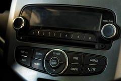Современный конец пульта управления мультимедиа автомобиля вверх стоковая фотография rf