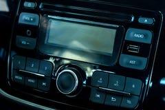 Современный конец пульта управления мультимедиа автомобиля вверх стоковое фото