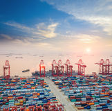 Современный контейнерный терминал на сумраке стоковая фотография rf