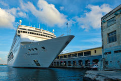 Современный корабль MSC ARMONIA крейсера состыковал в порте Гаваны стоковая фотография rf