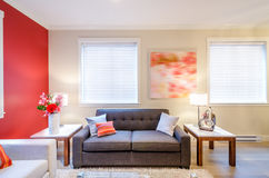 Современный красный дизайн интерьера живущей комнаты Стоковое фото RF