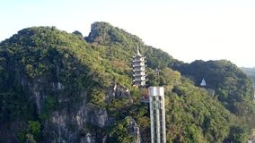 Современный лифт к пагоде среди глубокого тропического леса на городе видеоматериал