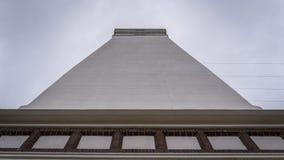 Современный маяк стоя против угла облачного неба низкого Стоковое Фото
