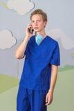 Современный медицинский профессионал используя умный телефон стоковые изображения rf