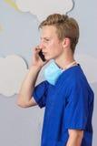 Современный медицинский профессионал используя умный телефон стоковая фотография
