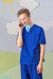 Современный медицинский профессионал используя умный телефон стоковое фото