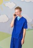 Современный медицинский профессионал используя умный телефон стоковые фотографии rf